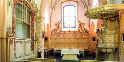 Innenansicht, Detailansicht, Pfarrkirche, Basilika, erbaut 2. H. 11. Jh., Innenausstattung von 1770, Rokokoausstattung, Blick zum Altar, Grafenloge (links), Kanzel (rechts), Kirchenbänke