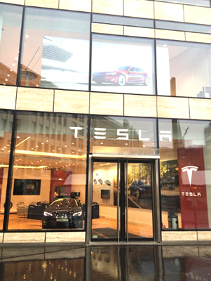 The new Tesla store on Königsallee in Dusseldorf (PRNewsFoto/Tesla)